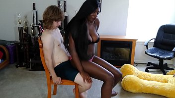 Cuzinho interracial negra safada cavalgando no pau de seu chefe dotado