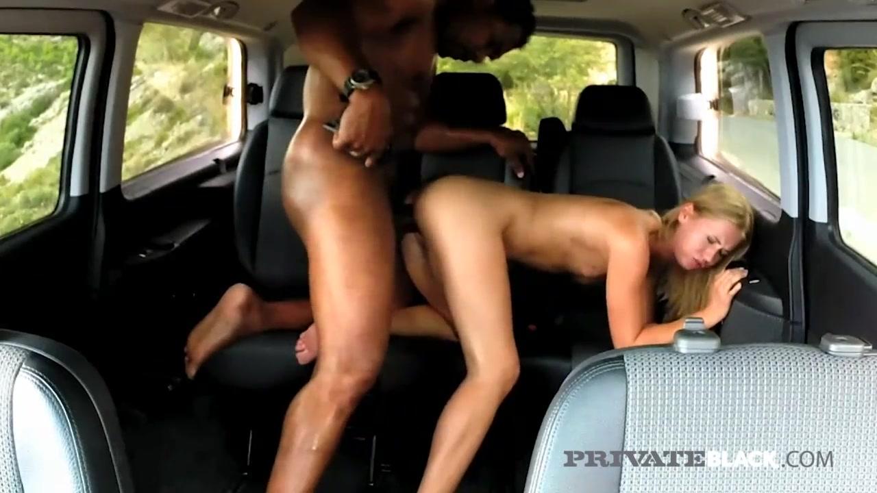 Xvideos10 interracial loira magrinha safada dando de quatro no carro para negão dotado