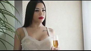 Fodendo a madrasta magrinha morena em um belo filme porno